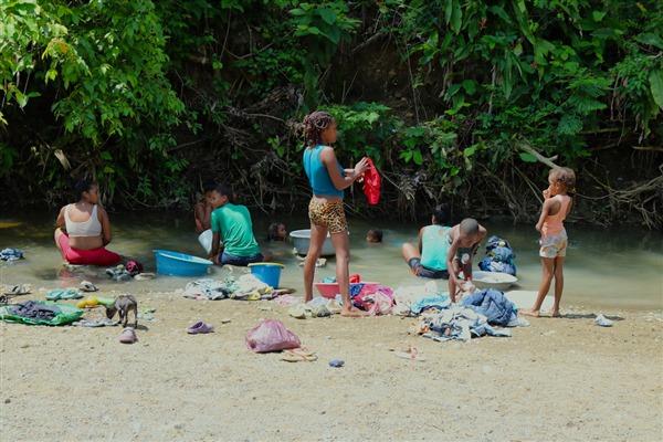Los habitantes en San Cristóbal se abastecen con agua lluvia y con los bidones que a diario llenan en un brazo del arroyo Matuya, una corriente panda donde los niños juegan y las mujeres lavan la ropa.