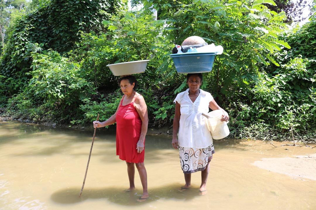 Las mujeres de San Cristóbal bajan con sus poncheras llenas de ropa sucia al brazo del arroyo Matuya. Algunas ponen a secar las prendas al sol sobre las piedras del arroyo. Otras suben a sus casas con la ropa mojada para secarlas en los patios.