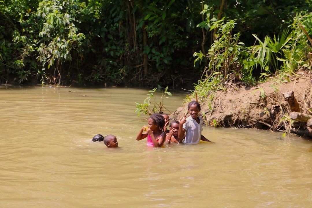 El brazo del arroyo Matuya, que pasa cercano a las casas del Consejo Comunitario Eladio Ariza, es una de las principales atracciones con la que cuentan los niños de esa comunidad. Allí suelen bañarse y jugar con frecuencia.