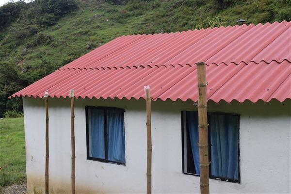 Las tejas instaladas no fueron aseguradas, por lo que los habitantes tuvieron que instalar palos de guadua para sostener el techo de la casa y evitar quedar desprotegidos.