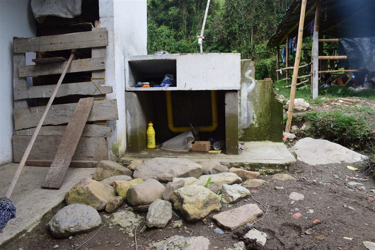 El lavadero no fue instalado al momento de la construcción de la vivienda y nunca se terminó el piso de esta zona.