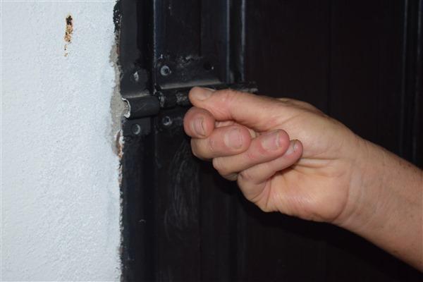 Todas las chapas quedaron mal instaladas y no permite que se aseguren las puertas.