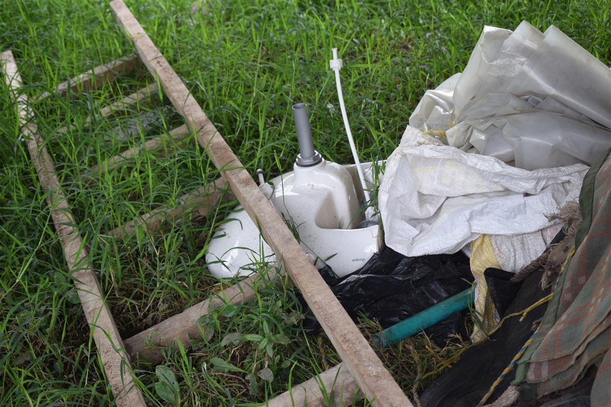 El lavamanos de uno de los baños del interior de la vivienda se entregó sin instalar, arrumado entre los escombros de la construcción.